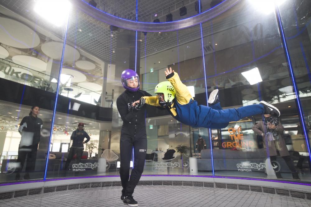 ▲ 실내스카이다이빙 플라이스테이션 이용객이 플라잉 체험을 하고 있다.  /사진제공=플라이스테이션