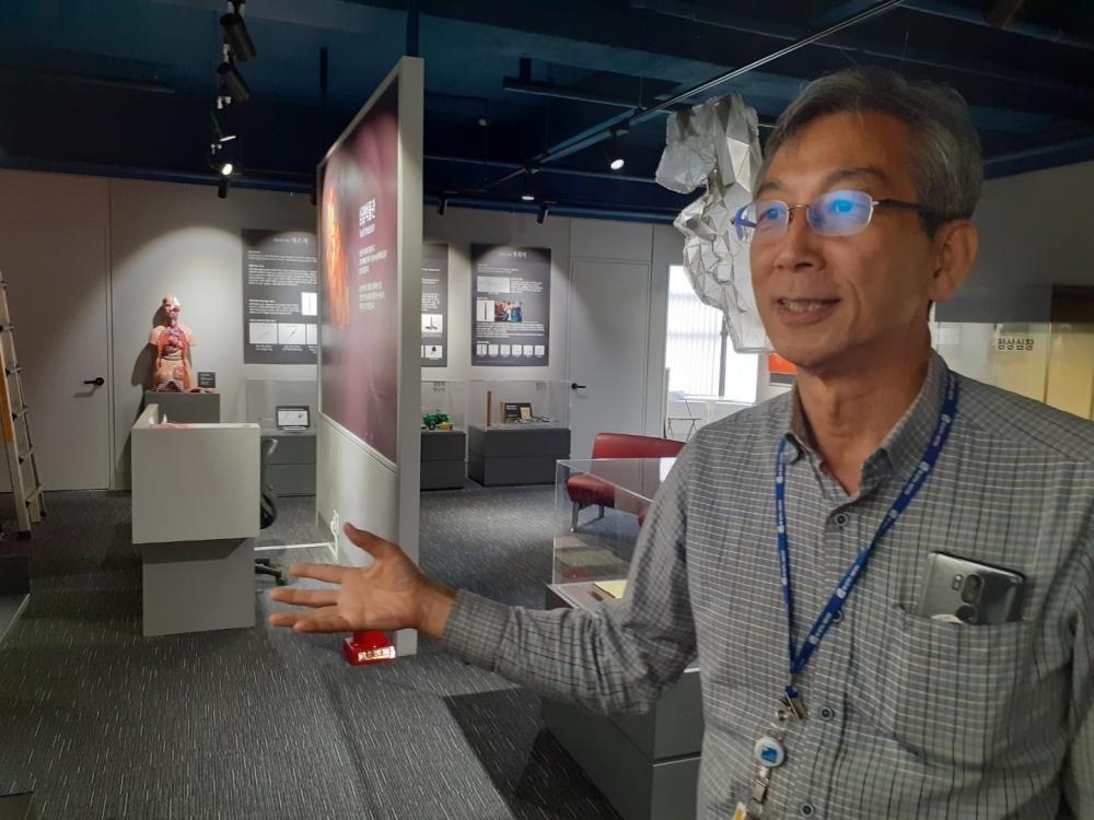 ▲ 병리학 교수인 최인섭 심장박물관 부관장이 박물관 설립 계기에 대해 설명하고 있다.
