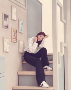 '정가은' 정가은은 계단에 걸터앉아 해맑게 웃고 있는 모습이다